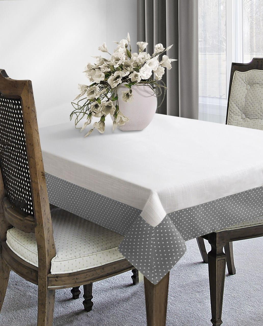 biancheria da tavola esposta su un tavolo