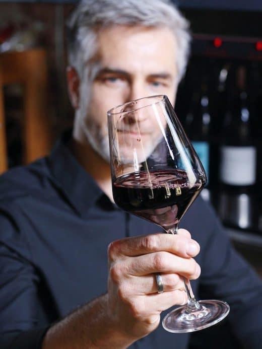 uomo che riconosce la qualità del vino