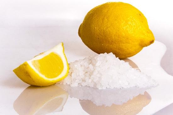 limone e il bicarbonato come rimedio per le macchie del vino