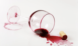 macchie di vino rosso sulla tovaglia