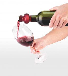 salvagoccia indossato sulla bottiglia di vino rosso
