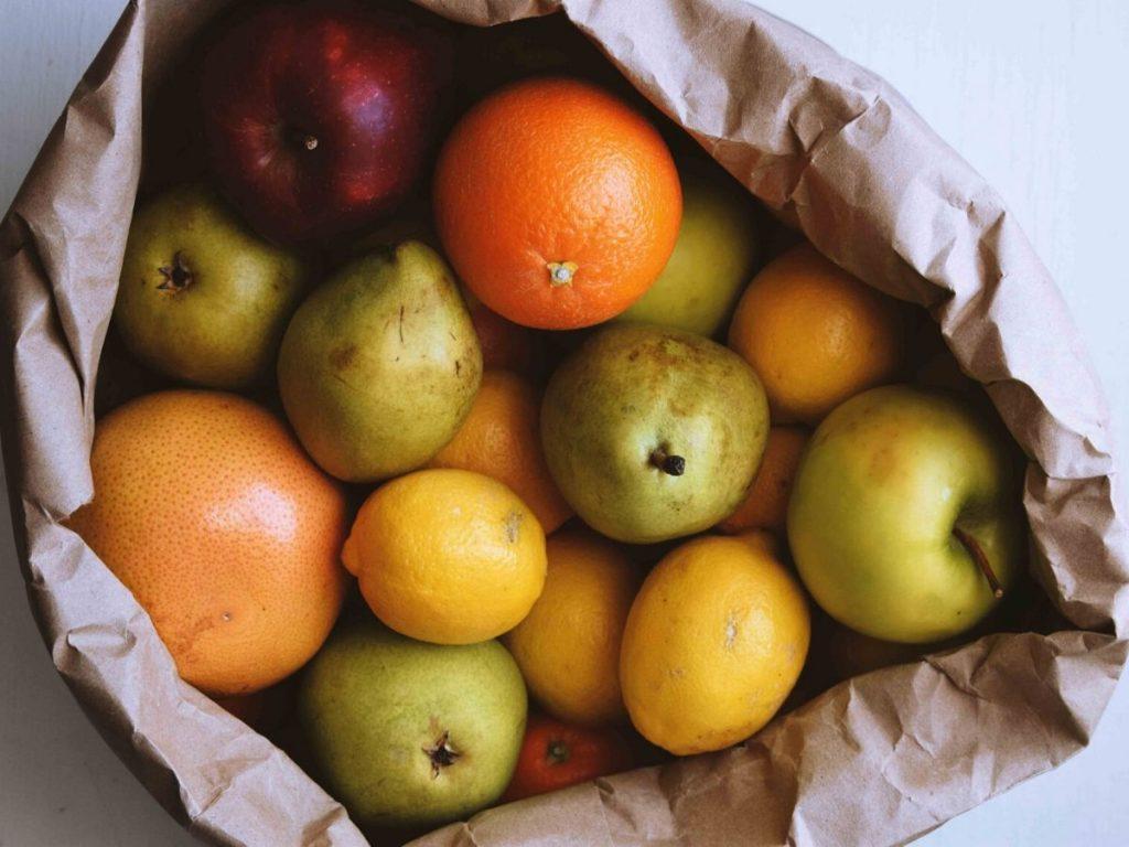 Alimenti stagionali  nel sacchetto, frutta e verdura