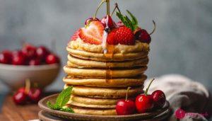 colazione all'americana e pancake con la salsa di mirtilli rossi
